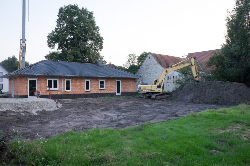 Der Mutterboden ist weg und die wurde Baustraße erstellt.