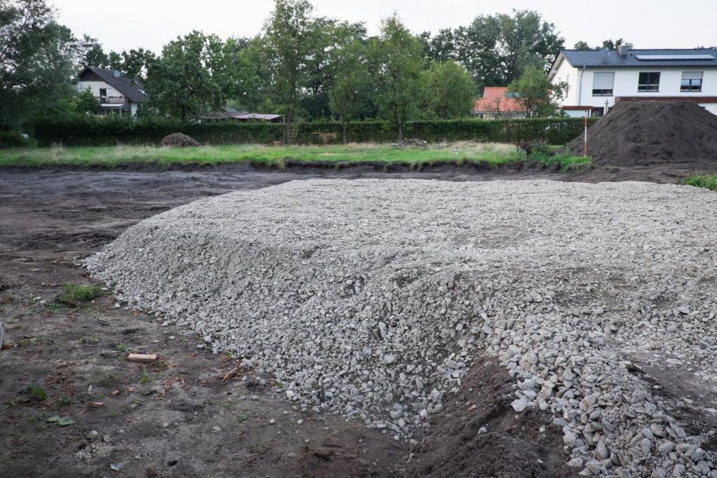 Nochmal die Baustraße, die jetzt gerade noch rechtzeitig zum Baubeginn fertig geworden ist.