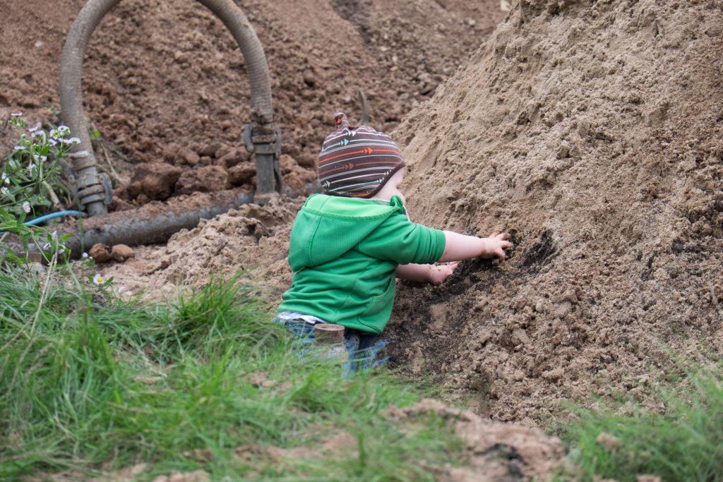 Der Bauleiter musste sich wieder von der ordnungsgemäßen Beschaffenheit des Bodens vergewissern