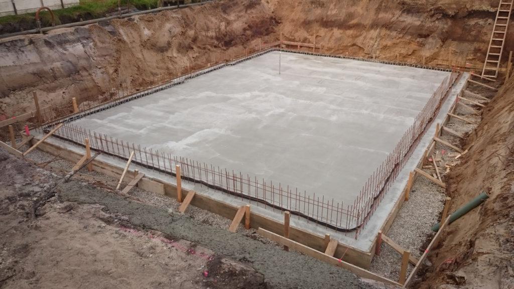 Am vierten Bautag wurde die Bodenplatte gegossen