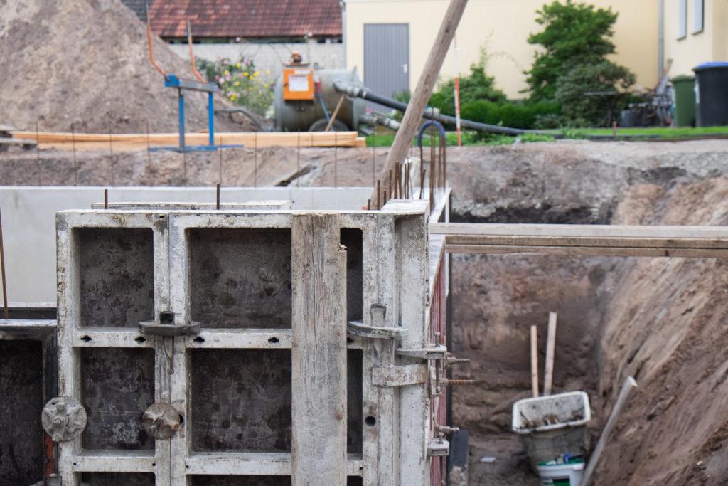 Die Kellerwände wurden direkt vor Ort in der Verschalung aus Beton gegossen