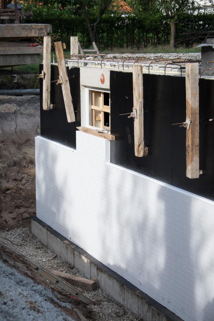 Die Kellerwand wird von außen gegen Feuchtigkeit geschützt und dann noch isoliert