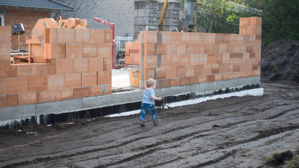 Der Bauleiter kann wieder frei rumlaufen und läuft nicht mehr Gefahr, in der Baugrube zu verschwinden