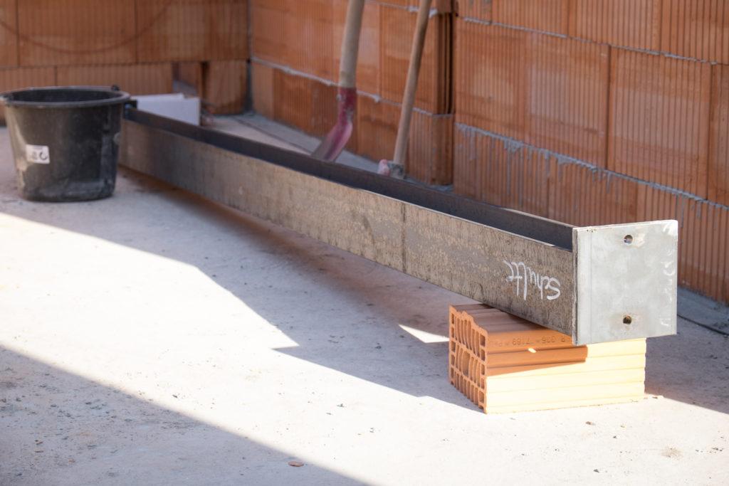 Die Erdgeschossdecke wird später durch einen versteckten Stahlträger zusätzlich abgestützt.