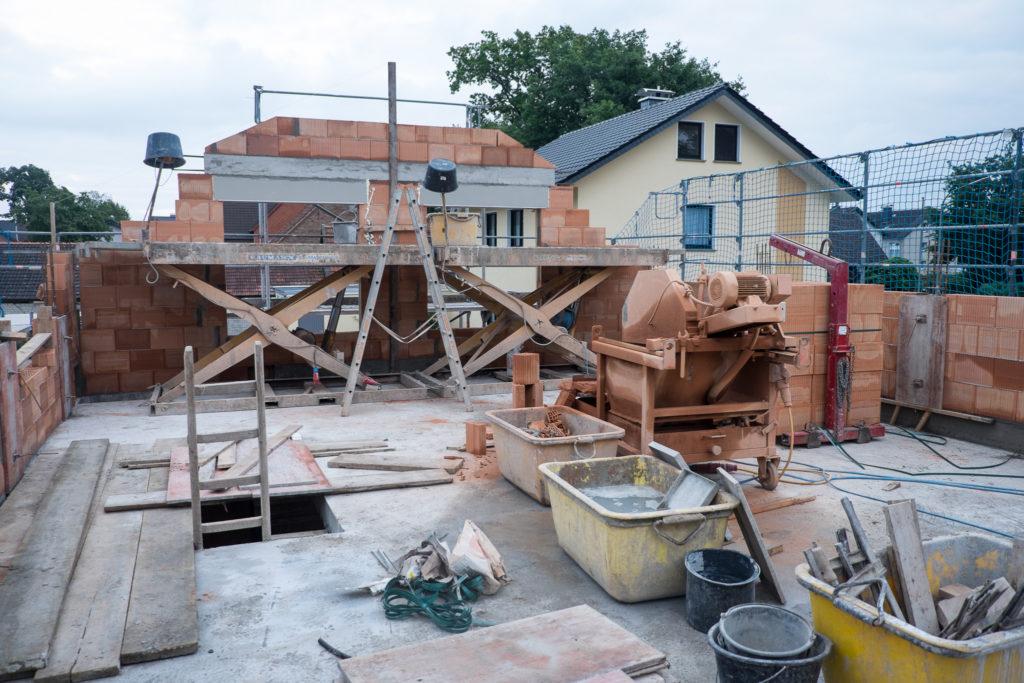 Aufgeräumte Baustelle und Hebebühnen für eine angenehme Arbeitshöhe