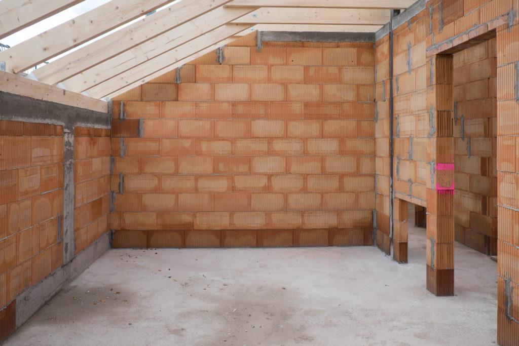 Schlafzimmer mit Decke, im hinteren Teil wird noch das Ankleidezimmer mit einer Trockenbauwand abgetrennt.