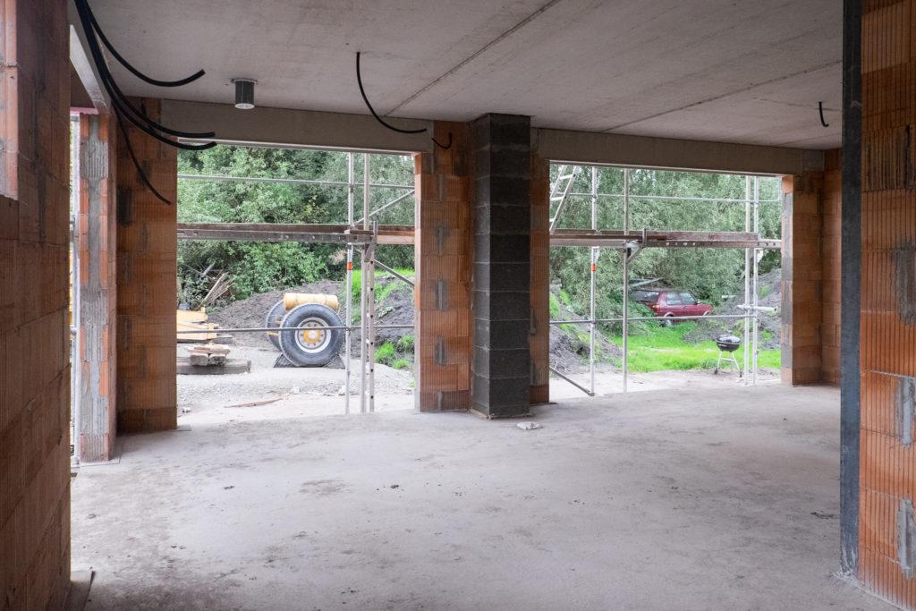 Das Wohnzimmer sieht ohne die Baustützen richtig groß aus!