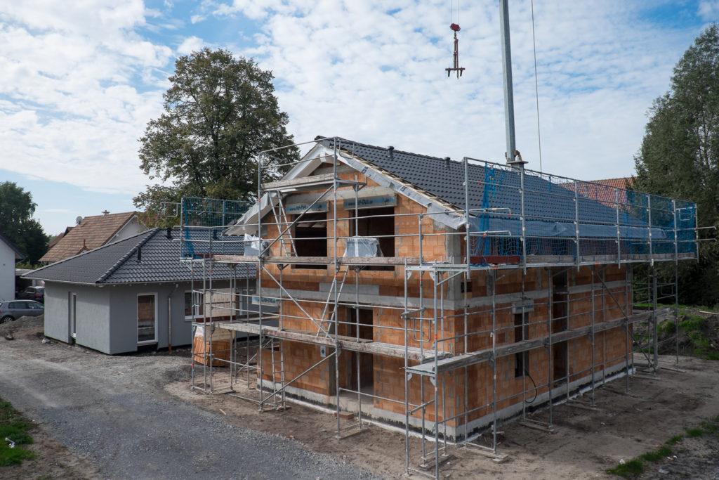 Das Dach ist weitestgehend fertig gedeckt