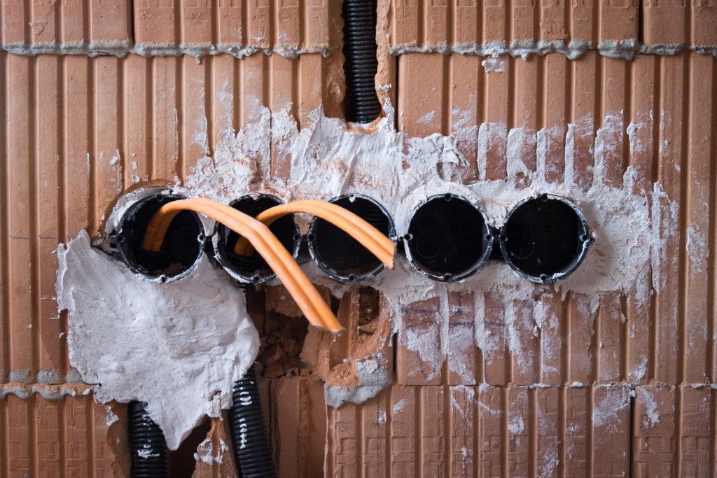 Unterputzdosen mit Leerrohren und zwei Netzwerkkabeln