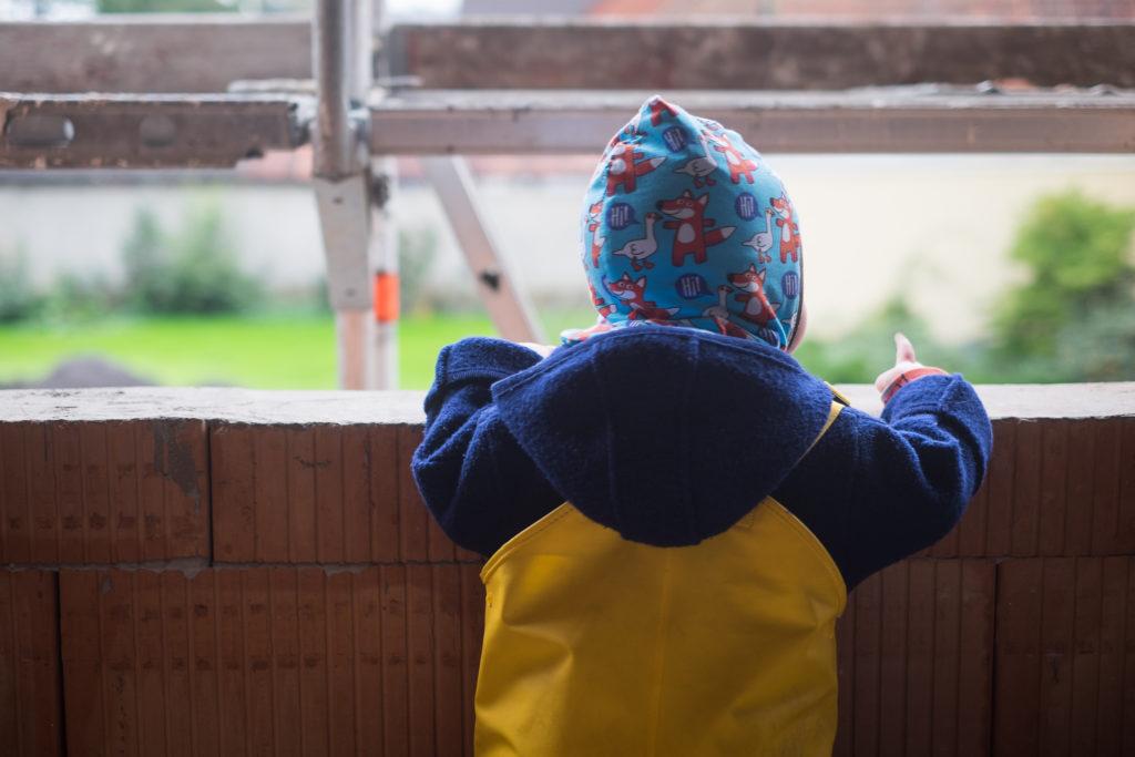 Der Bauleiter hat die Aussicht im Obergeschoss geprüft