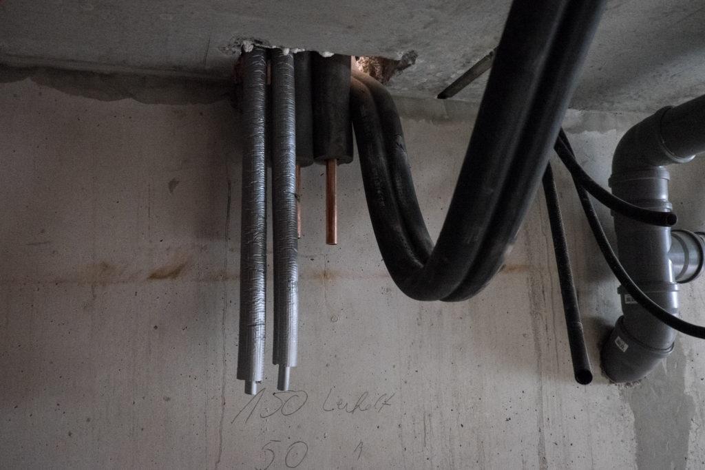 Im Keller laufen die Heizungsrohre (schwarz) und die Anschlussleitungen für die Solaranlage (grau) zusammen
