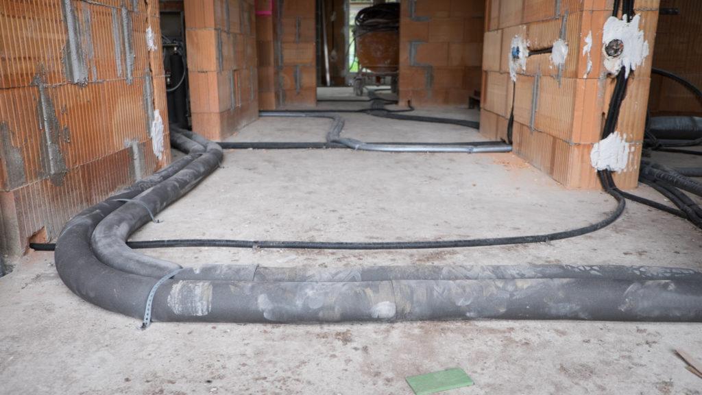 Im Erdgeschoss liegen jetzt auch einige Rohre herum