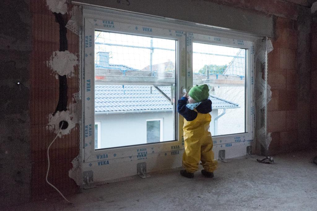 Der kleine Bauleiter in seinem zukünftigen Zimmer