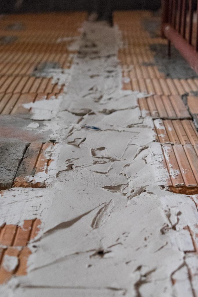 Zugespachtelter Schlitz im Treppenhaus