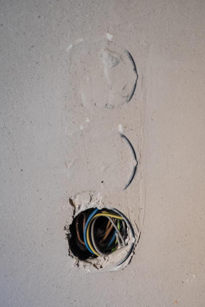 Ein Teil der Steckdosen und Schalterlöcher ist schon unter dem Putz wieder aufgetaucht