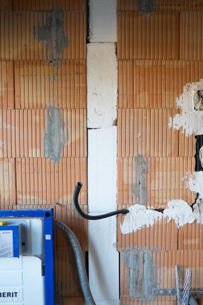 Ein Belüftungsrohr im Obergeschoss wurde mit Styropor gedämmt