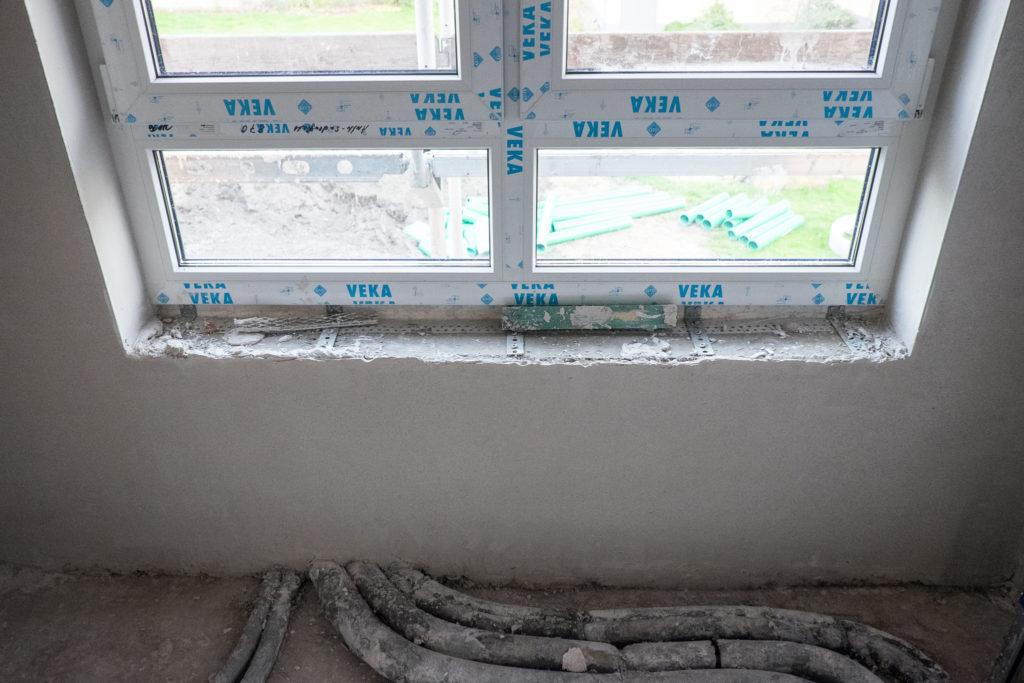 In den Badezimmern werden die Fensterbänke später gefliest