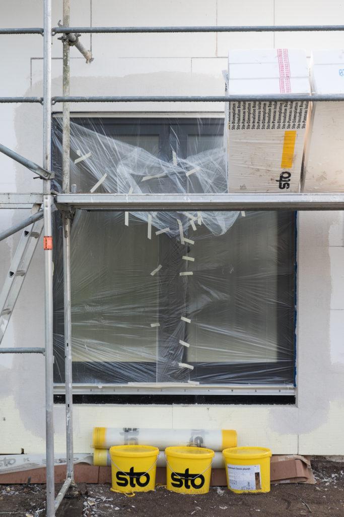 Fenster sind durch Folie geschützt