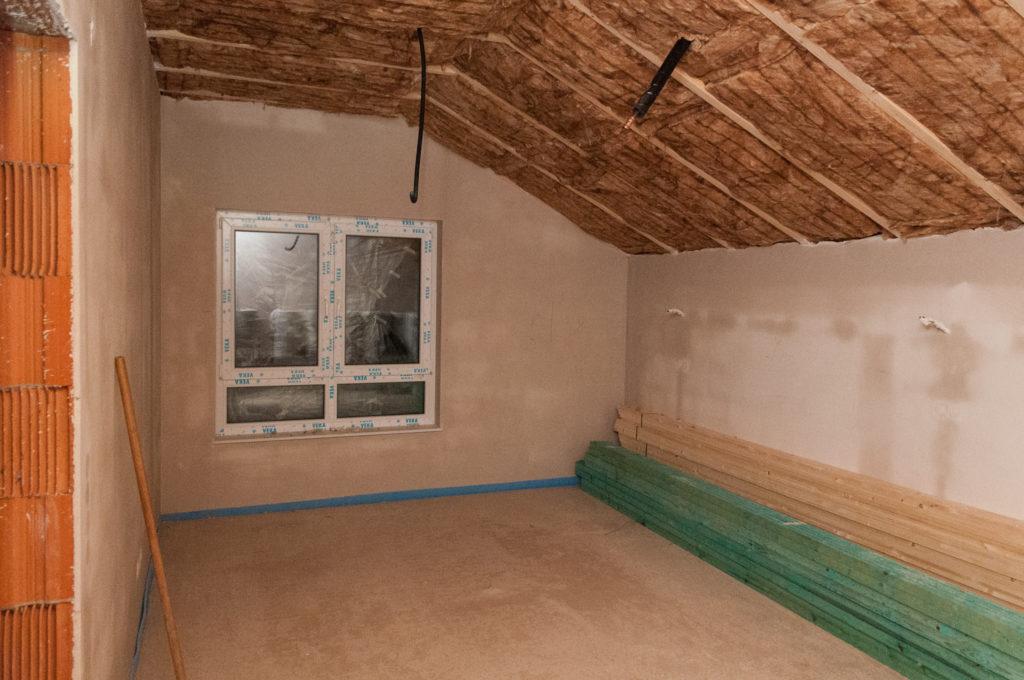Dachisolierung im Schlafzimmer und Baumaterial für die Trockenbauer