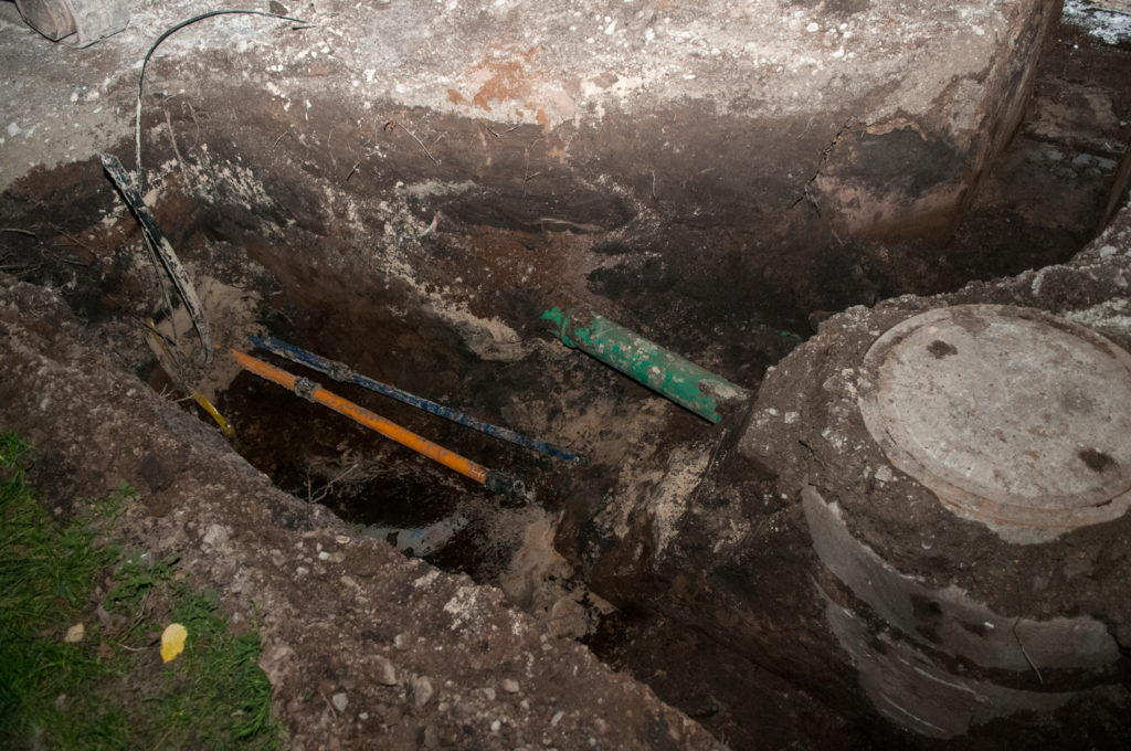 Unter Tage wird es voll: Links Wasser- und Gasrohr, dazu das Stromkabel und dann noch das grüne Regenwasserrohr