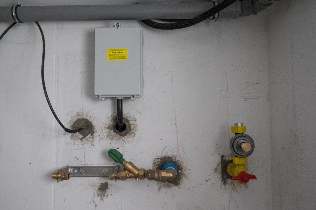 Hausanschlüsse: Telekom, Strom, Wasser, Gas (v.l.n.r)
