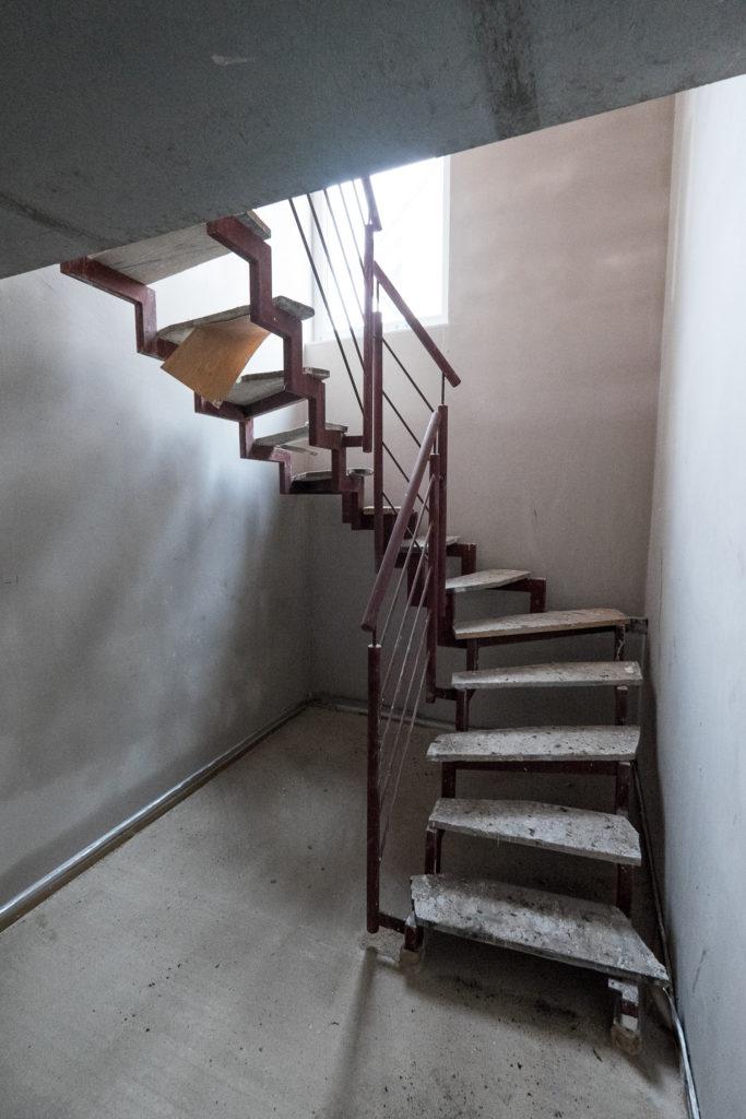 Durch das große Treppenhausfenster kommt auch viel Licht in den Keller