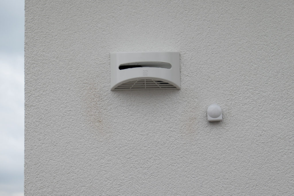Wetterschutzgitter an den Zu- und Abluftöffnungen