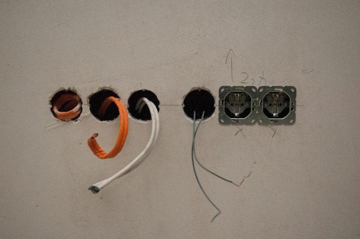 (8) Stromkabel eingezogen und Steckdoseneinsätze montiert