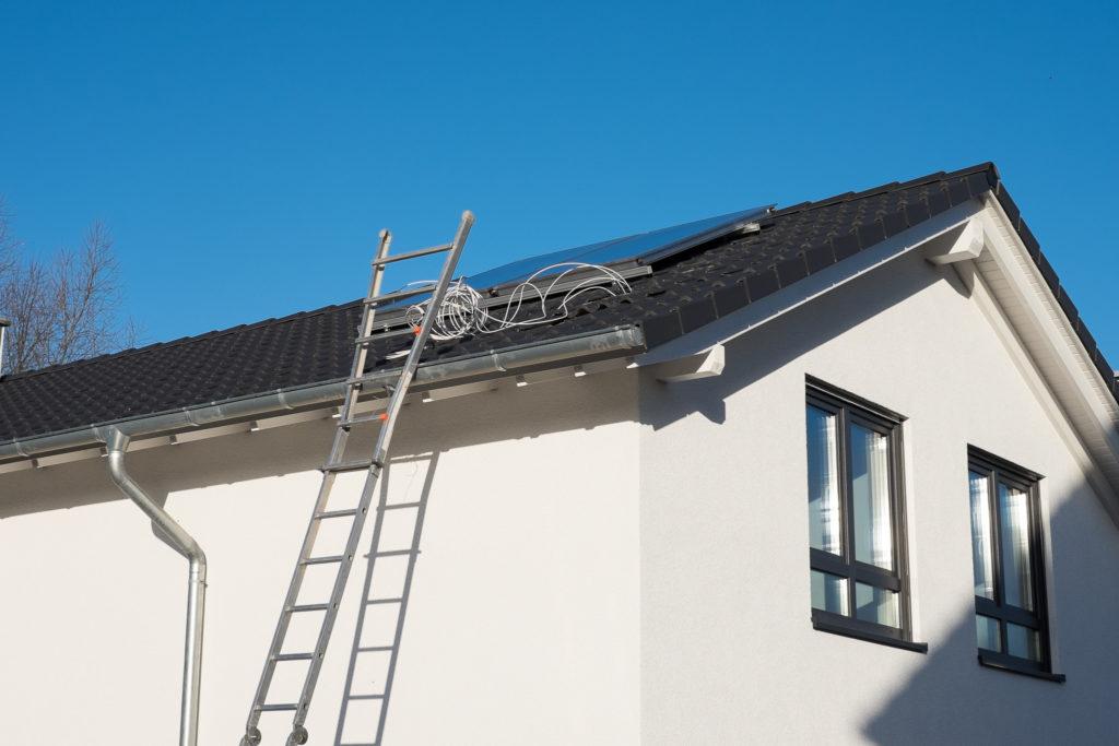 Installation der Satellitenschüssel auf dem Dach