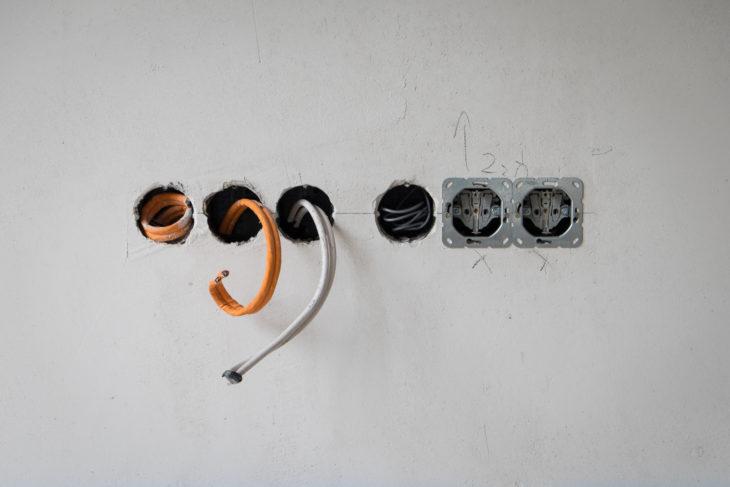 (9) Die Zugdrähte für die Lautsprecherkabel wurden versteckt