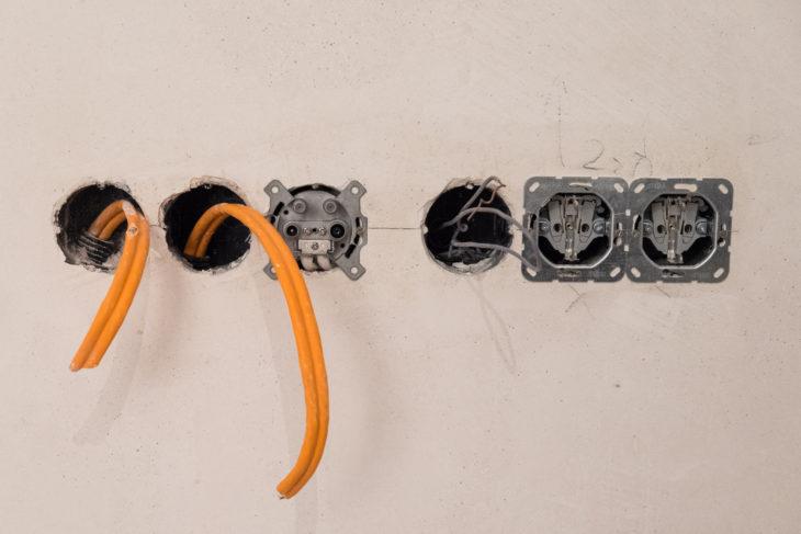 (10) Als nächstes kommt die Antennendose dazu