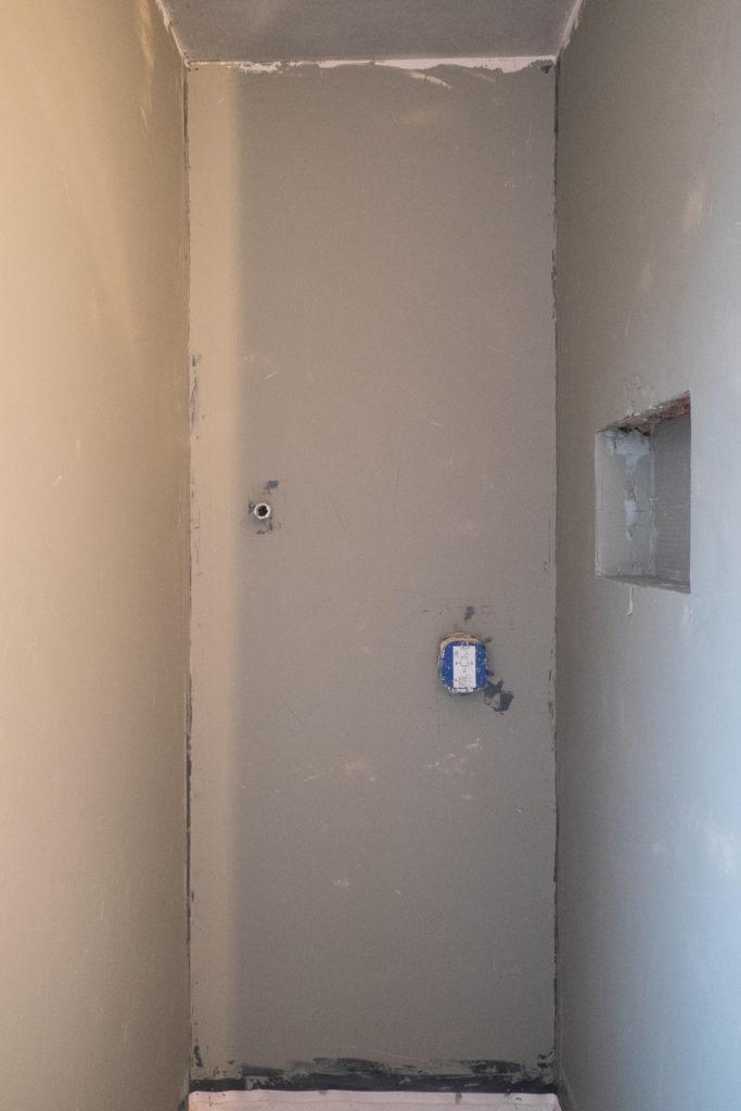 Dusche im Gäste WC mit Grundierung