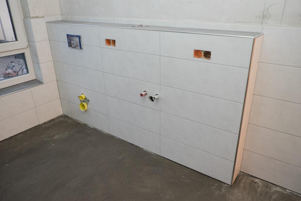 ... und an der Vorwand für Waschbecken und WC