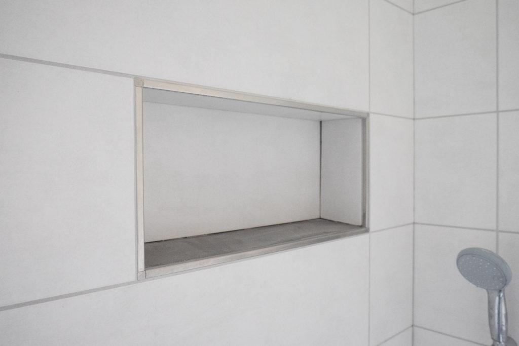 Die fertige Ablagenische in der Dusche im OG