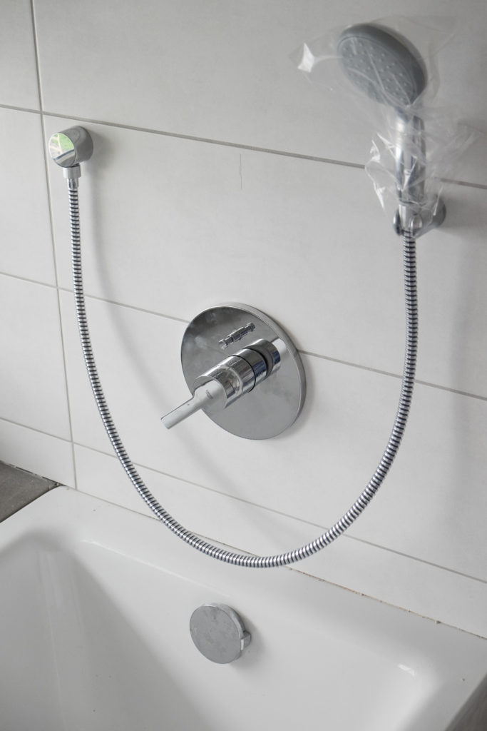 ... Badewannenarmaturen wurden installiert ...