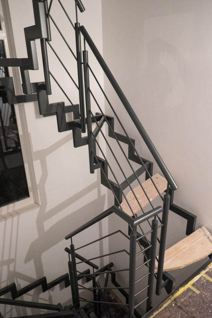 Die Treppe wurde zwei Mal in RAL7016 lackiert (natürlich ohne Stufen) ...