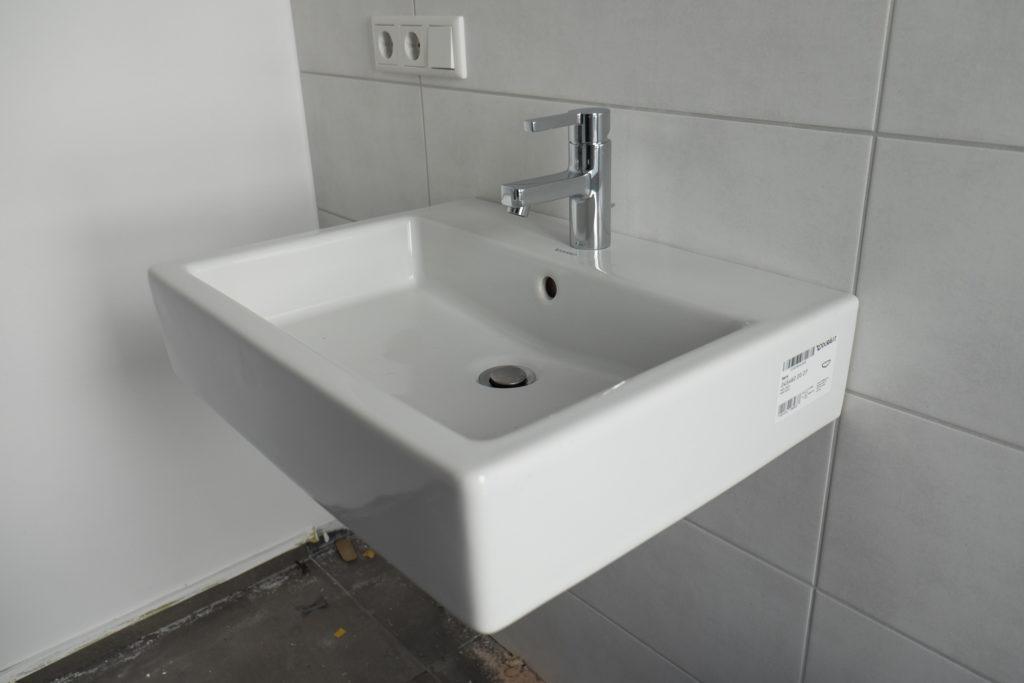 Waschbecken (Duravit Vero in 60cm) und Armatur (Grohe Lineare) wurden im Gäste WC ...
