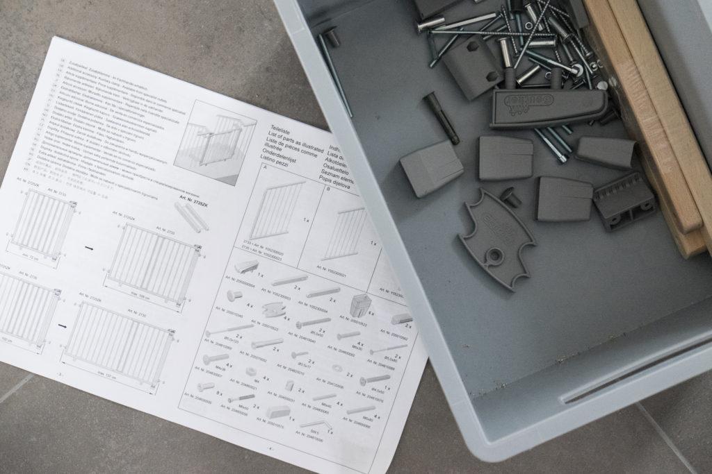 Montageanleitung und ein Teil des Befestigungsmaterials