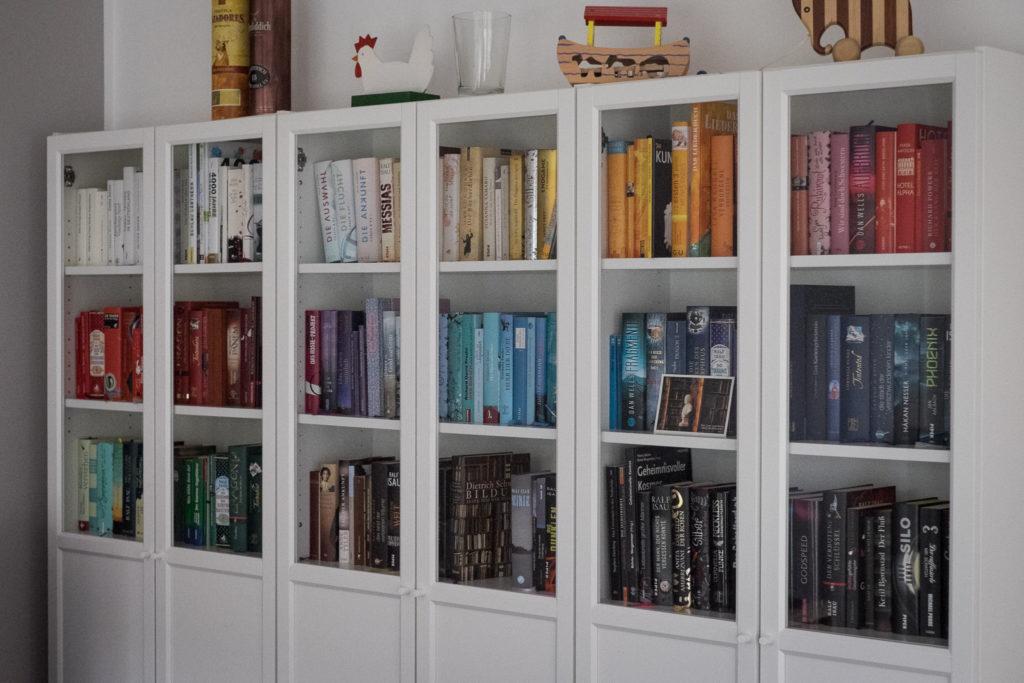 Viele Regale sind schon montiert und eingeräumt. Die Bücher dienen natürlich nicht nur der Optik sondern sie wurden auch alle gelesen!
