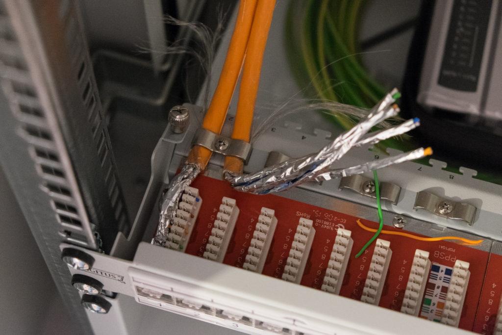 Die Kabel wurden mit einem LSA (Löt-, Schneid- und Abisolierfrei) Werkzeug aufgelegt.