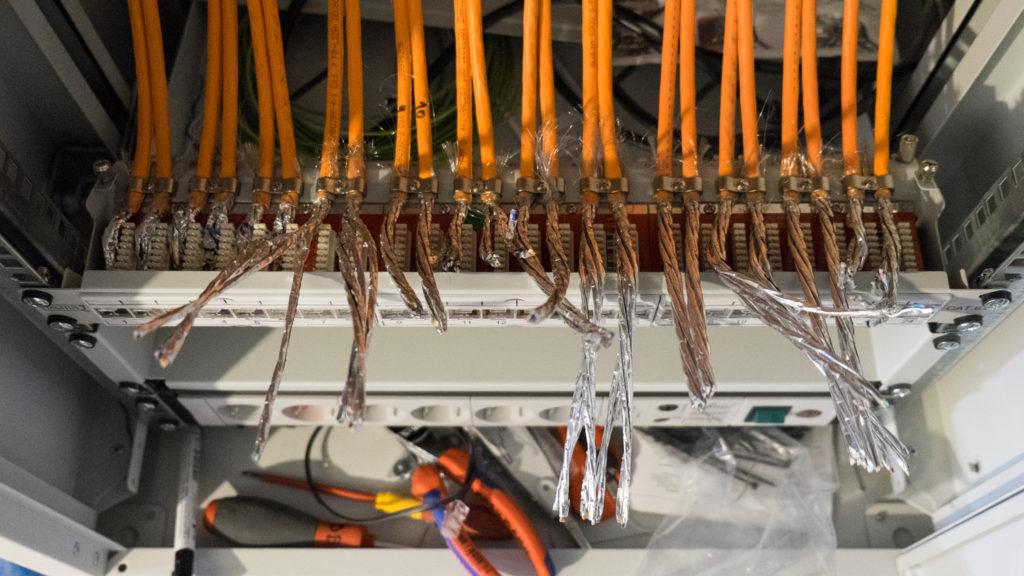 Nachdem der Bauherr den Dreh raus hatte, wurden erst einmal alle Kabel abisoliert...
