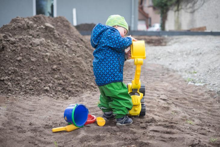 Der Bauleiter spielt gerne im Garten