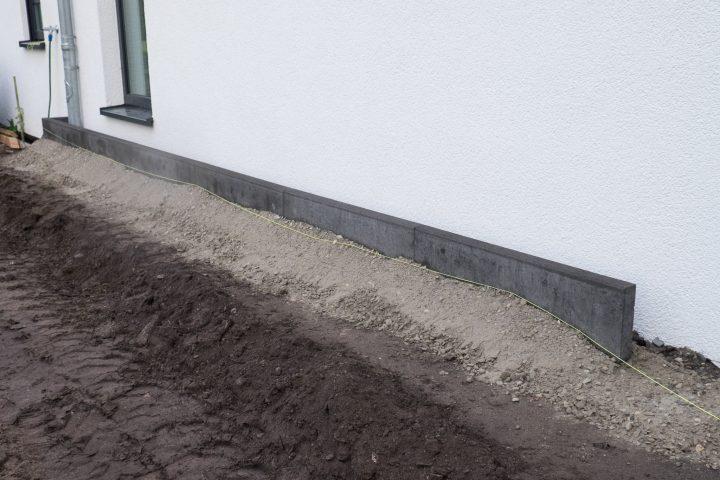 Kantsteine für den Spritzschutz hinter dem Haus