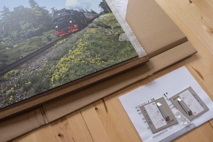 Die Verpackung aus mehreren schichten Pappe und Folie, inkl. Wandbefestigungsmaterial