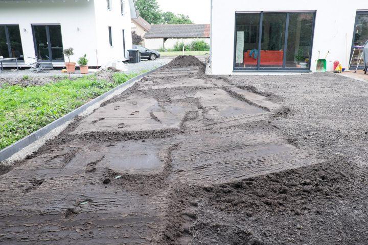 Links gut zu sehen: Der Kantstein zu den Nachbarn