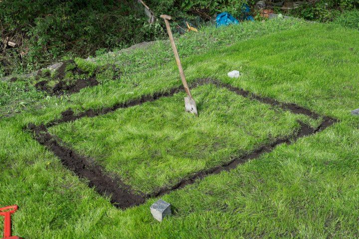 ... und anschließend die Grasnarbe wieder entfernt