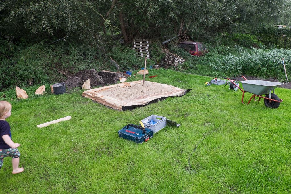 Nach 10 Schubkarren Sand konnte der Startschuss für den kleinen Bauleiter gegeben werden