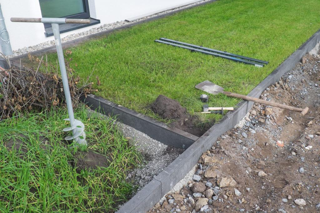 Los gehts! Der Rasen wird vorsichtig abgestochen und beiseite gelegt - so kann er später wieder über dem Betonfundament eingesetzt werden.