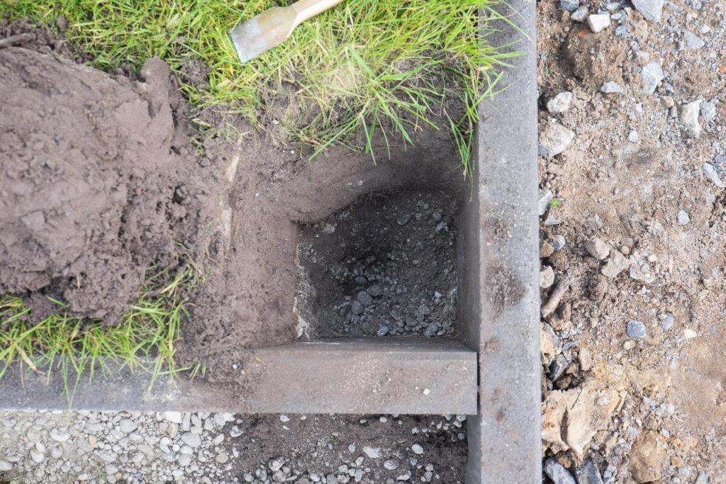 Damit sich kein Wasser unter dem Beton staut, wurde etwas Schotter in die Löcher gefüllt