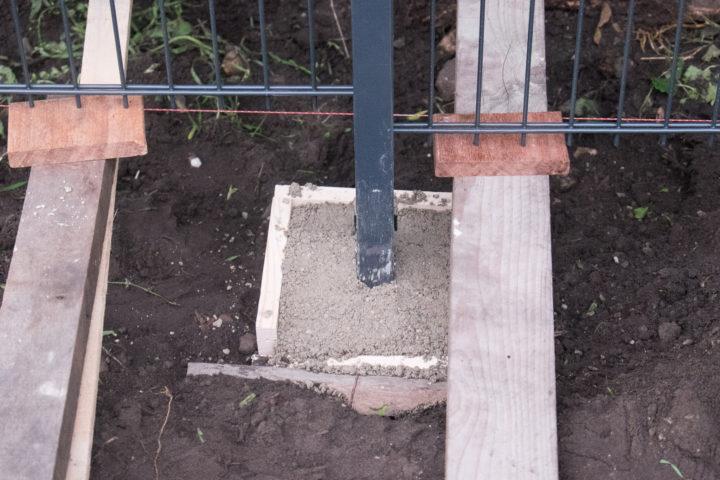 Eine simple Holzkonstruktion verhindert das Nachrutschen von Erde in das Loch